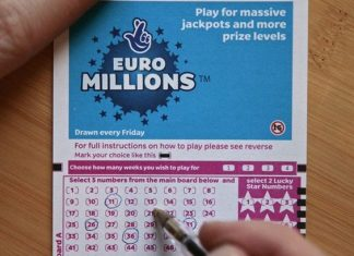 Một người chơi đang khoanh vé số Euromillions. Ảnh: Mirror.