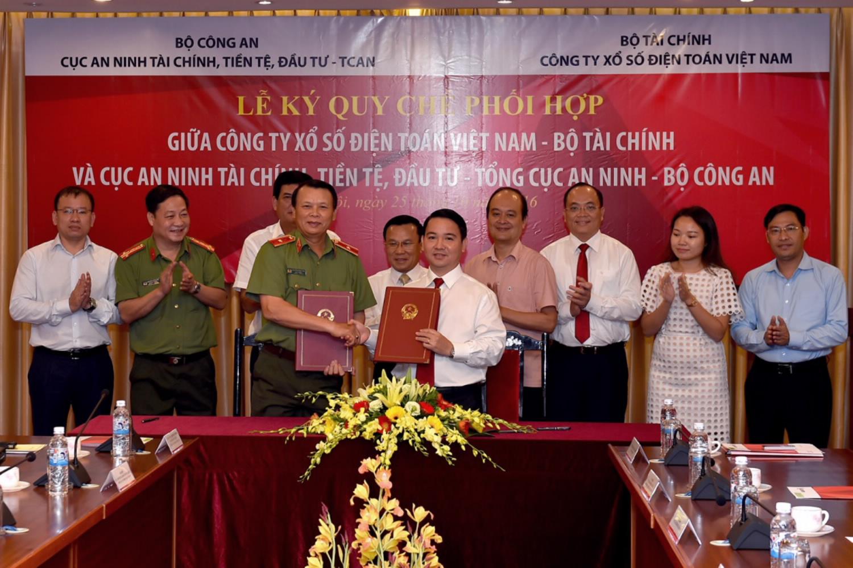 Thứ trưởng Trần Văn Hiếu và Trung tướng Trình Văn Thống cùng các đại biểu chứng kiến Lễ ký