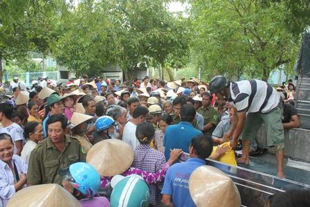 Gần 1.000 người đến chờ tới lượt nhận quà từ gia đình chị Đào