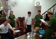 Cơ quan Cảnh sát điều tra đọc lệnh bắt và dẫn giải ông Bùi Hoài Cận. (Ảnh: CAND)