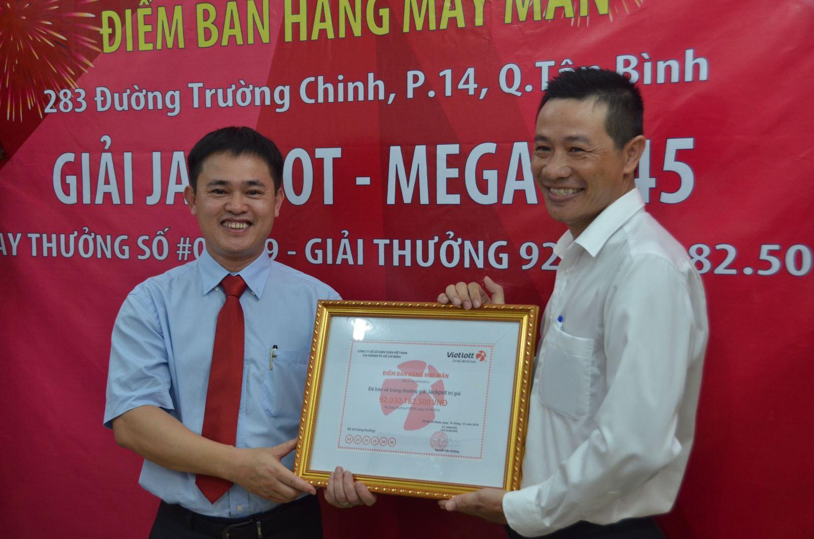 Ông Nguyễn Khánh Trung trao tặng chứng nhận cho Điểm bán hàng