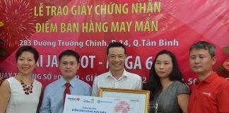 Đại diện Vietlott, Tập đoàn Berjaya chúc mừng Điểm bán hàng