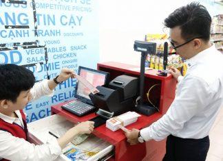 Khách hàng mua vé số tại một quầy bán vé của Vietlott tại TP HCM