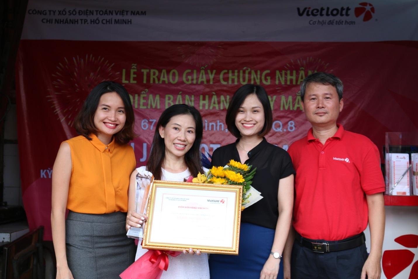 Vietlott và đại diện Berjaya trao giấy chứng nhận cho ĐBH bán vé Jackpot kỳ QSMT số 46