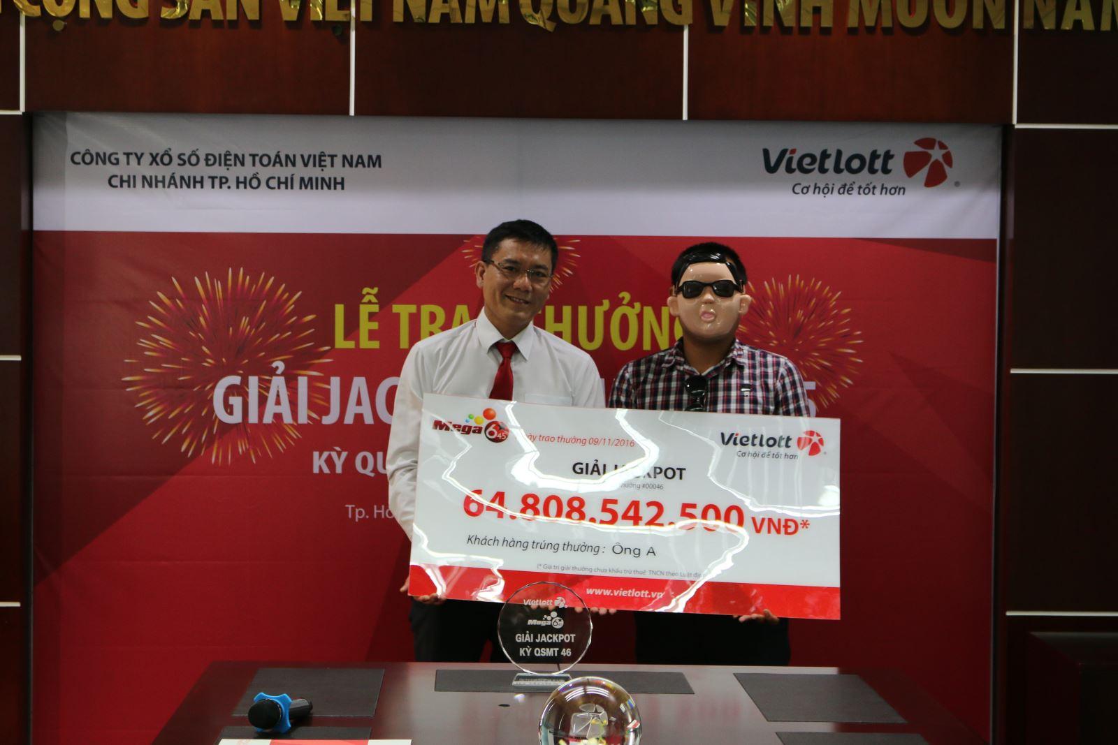 Phó Tổng Giám đốc Vietlott Nguyễn Thanh Đạm trao giải Jackpot cho người trúng thưởng.