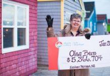Bà Olga Beno rạng rỡ với tấm biển ghi số tiền trúng giải. Ảnh: Atlantic Lottery.