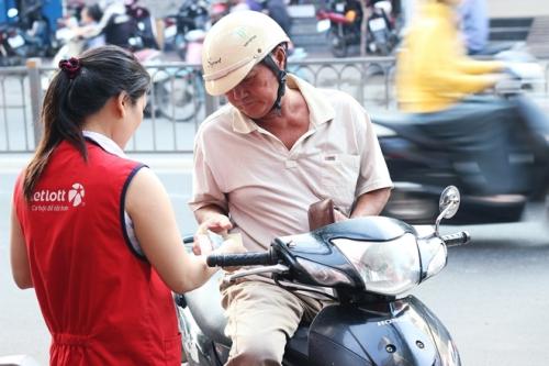 Người dân Sài Gòn mua vé số Vietlott. Ảnh: Phương Đông.